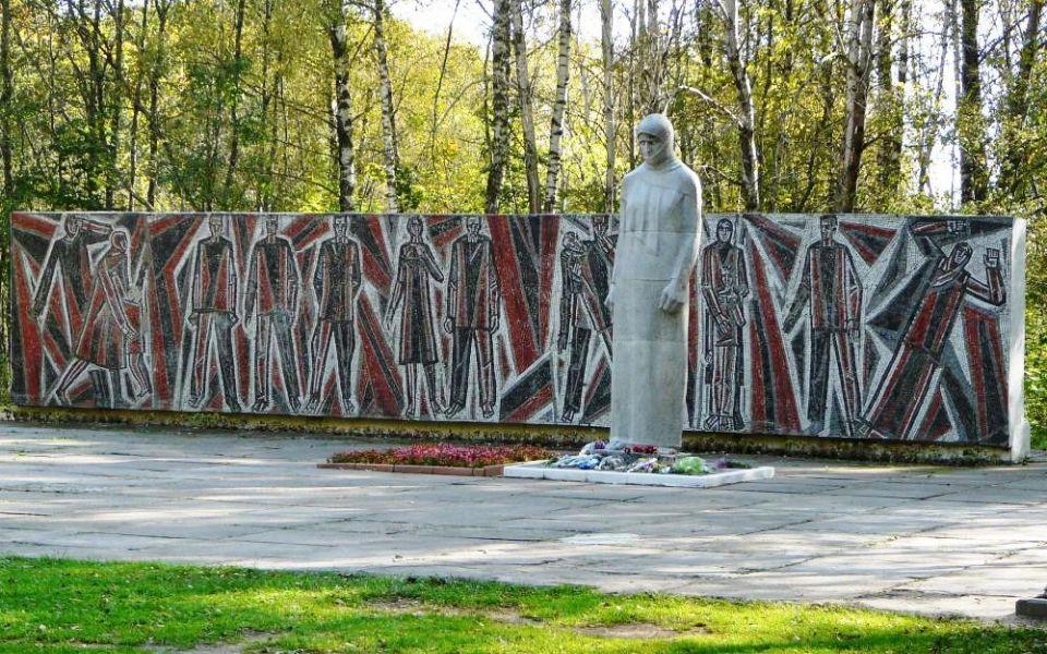 Памятник-надгробие скорбящая мать в смол Памятник Роза из двух видов гранита Пинега