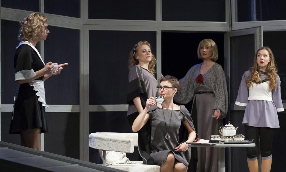 Гастроли! Спектакль Восемь любящих женщин