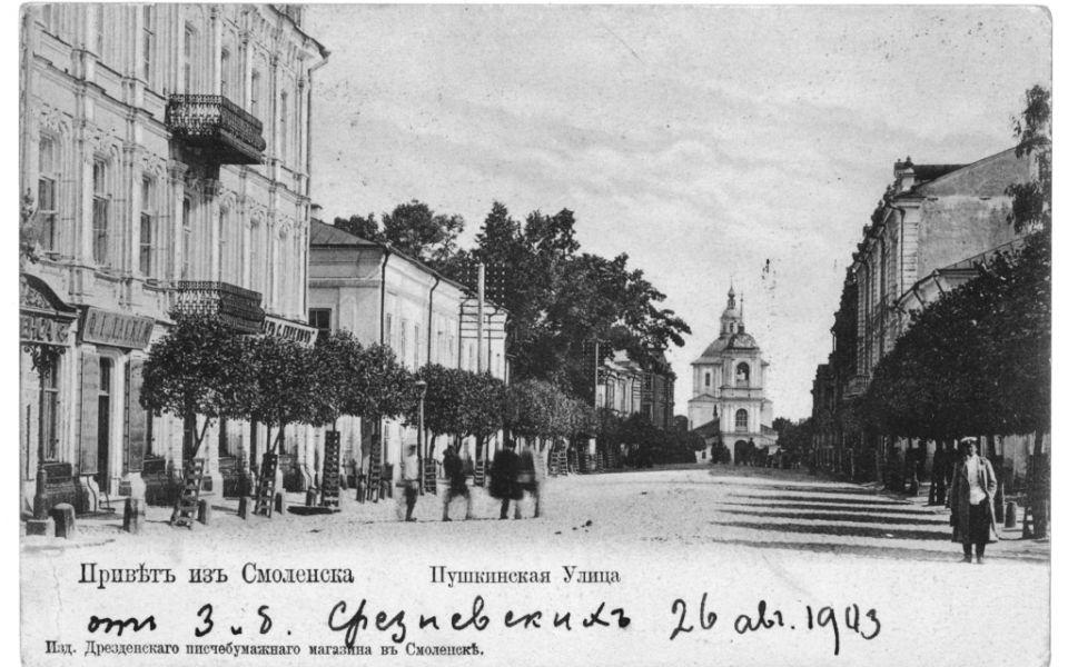 Бывший дом благородного собрания (справа)