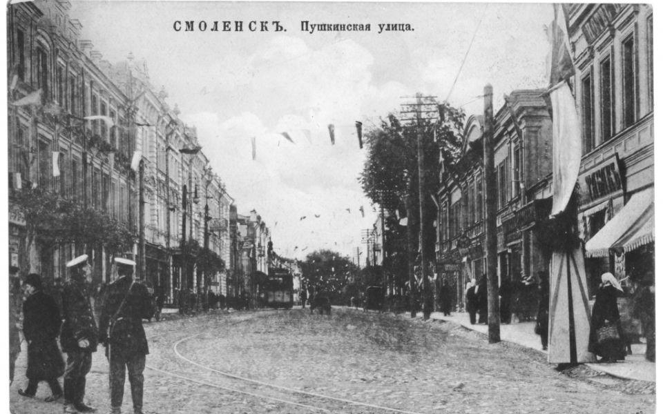 Бывший дом благородного собрания (слева)