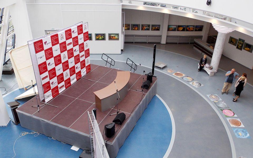 Сцена-подиум КВЦ на 2 этаже здания