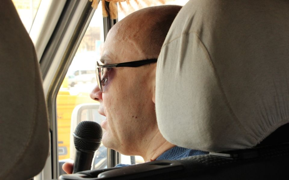 Гид Роман в туристическом автобусе