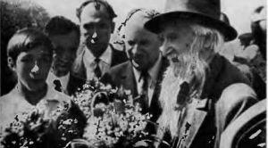 С. Т. Коненкова встречают земляки-смоляне. Слева -