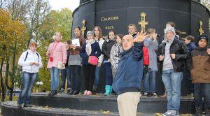 Гид Роман проводит экскурсию по Смоленску для школ