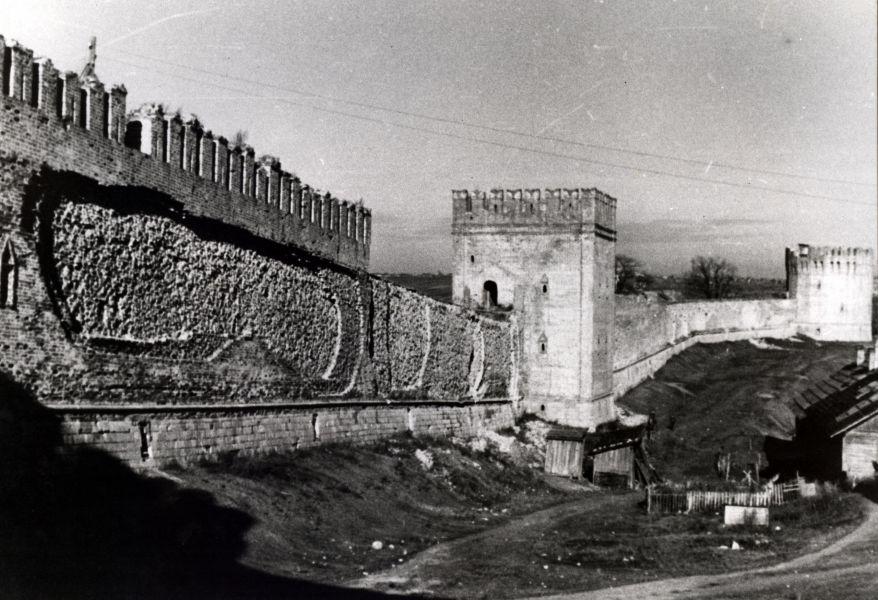 Жилые дома у восточного участка крепостной стены