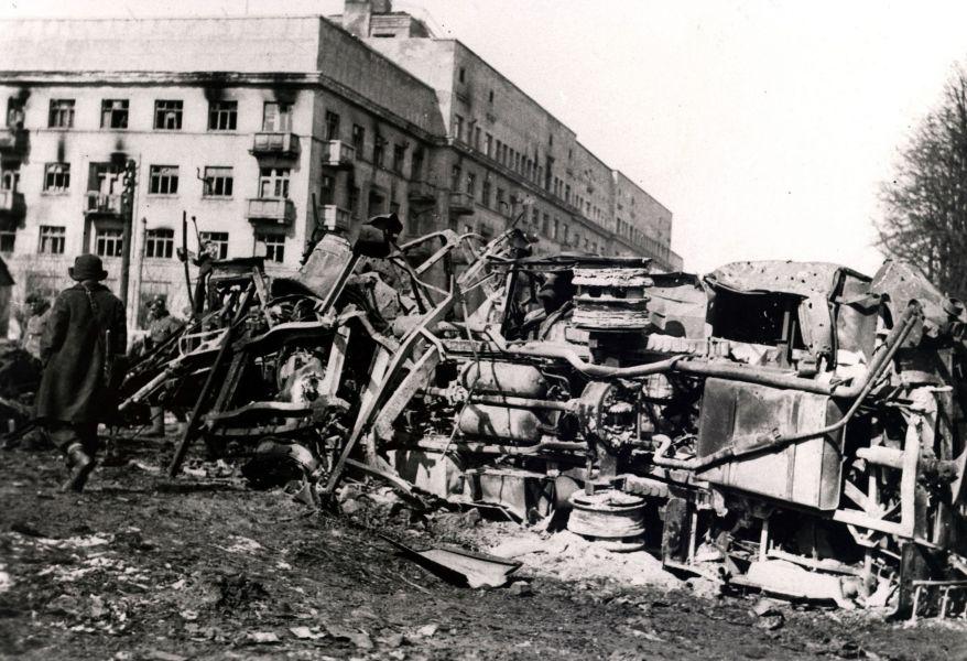 Разрушения около Дома специалистов после бомбежки