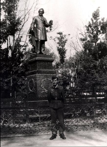 Немецкий солдат у памятника М.И.Глинке