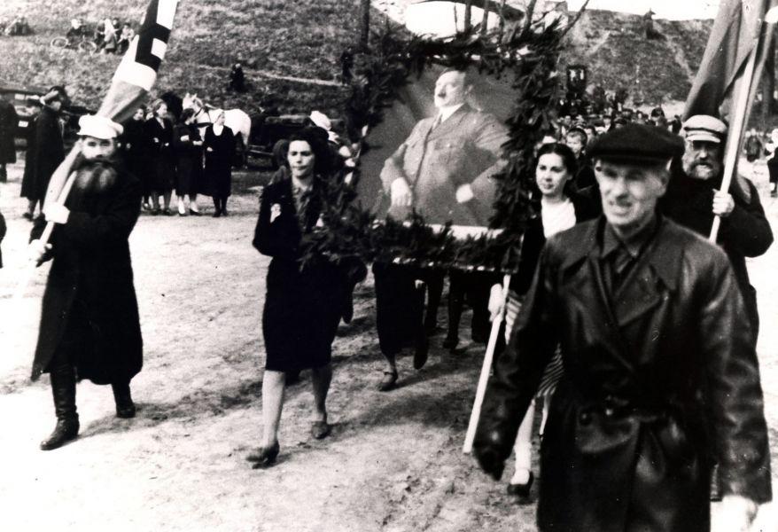 Демонстрация  в честь дня рождения Гитлера